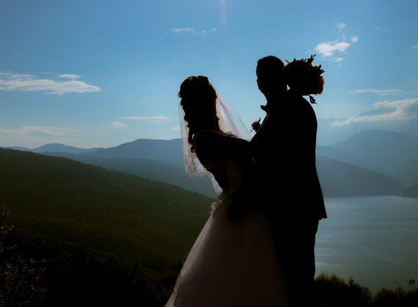 cristina si costel foto nunta sarut pe umar