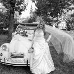 Mireasa la nunta langa masina de epoca